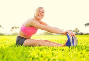 giovane donna che allunga prima dell'esercizio