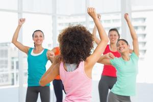 lezione di fitness e istruttore facendo esercizio di pilates foto