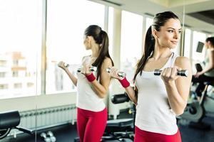 giovane donna allenamento in palestra foto