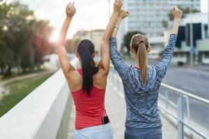due donne felici dopo aver finito gli esercizi foto