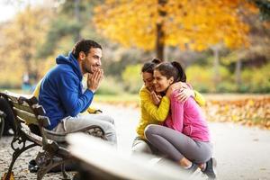 gruppo di amici che si rilassano al parco foto