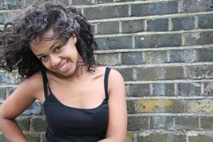 sorridere della donna dell'afroamericano foto