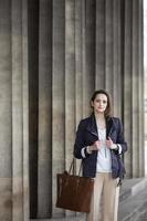 donna di affari caucasica alla moda all'aperto foto
