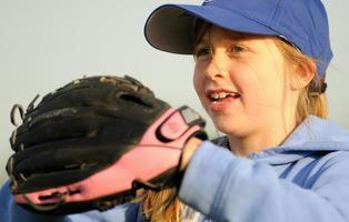 giovane giocatore di softball caucasico foto