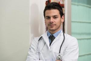 giovane professionista sanitario caucasico foto