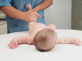 massaggio medico piccolo bambino caucasico foto