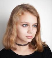 ragazza adolescente bionda caucasica in girocollo nero