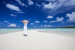 donna caucasica cammina lungo la bellissima spiaggia foto
