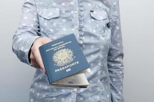 donna caucasica in possesso di un passaporto brasiliano foto