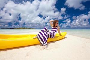 la donna caucasica riposa alla bella spiaggia foto