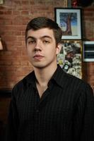 musicista blues caucasico con camicia a strisce nera foto
