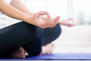 Chiuda sul concetto di yoga con la donna foto