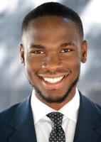 giovane uomo d'affari americano africano sorridente