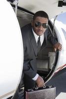 uomo d'affari afro-americano con l'aeroplano foto