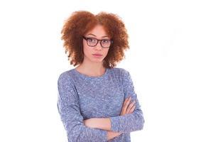 giovane ragazza afro-americana con le braccia conserte, o isolata foto