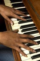 suonando il pianoforte foto