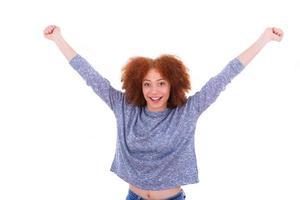 ragazza nera felice dell'afroamericano che alza le braccia in su