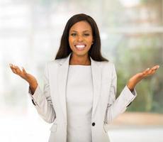 donna di affari afroamericana in ufficio moderno foto