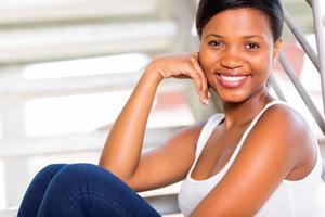 ragazza dell'afroamericano che si siede sui gradini foto