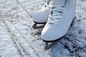 pattini da ghiaccio sul ghiaccio