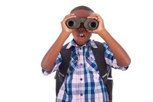 ragazzo di scuola afroamericano che per mezzo del binocolo - persone di colore foto