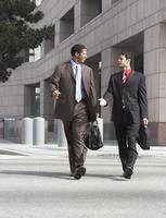 due uomini d'affari che camminano foto