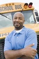insegnante davanti allo scuolabus foto