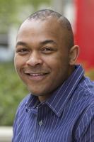 Ritratto di giovane, bello uomo d'affari americano africano foto