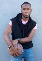 giovane ragazzo afroamericano freddo che tiene pallacanestro foto