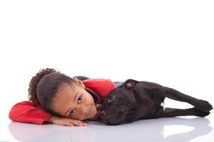 bambina afroamericana con il suo animale domestico foto