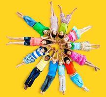 concetto di amicizia di felicità sorridente bambini multietnici foto