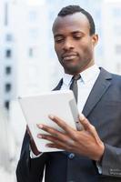 uomo d'affari con tavoletta digitale. foto