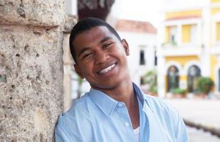 ragazzo moderno in una camicia blu in una città coloniale
