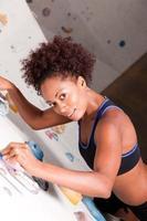 donna alla parete da arrampicata foto