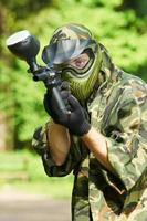 giocatore di paintball che mira con la pistola foto
