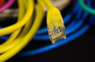 computer via cavo ethernet e sfondo colorato foto