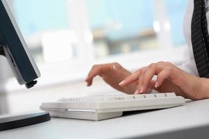 digitando sulla tastiera foto