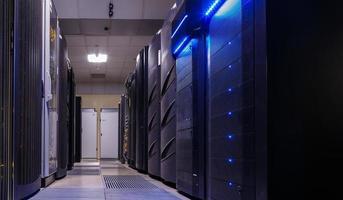 file di data center della sala di apparecchiature informatiche foto