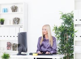 giovane bella donna d'affari, lavorando con il computer foto