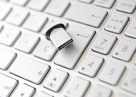 vicino su lettere nere sulla tastiera del computer pc bianco foto