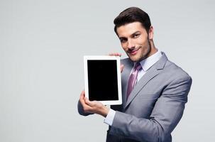 uomo d'affari che mostra lo schermo del computer tablet foto