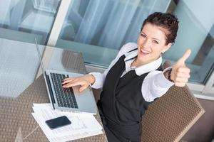 giovane imprenditrice di successo con il computer foto