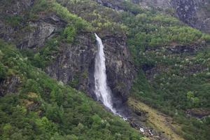 cascata nelle montagne della Norvegia foto