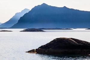lofoten, henningsvaer, paesaggi marini di rocce e montagne foto