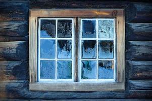 finestra di una capanna norvegese tradizionale foto