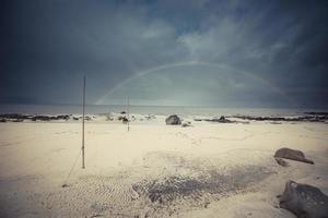 Lofoten Norvegia vista mare dalla spiaggia di sabbia, rocce - blu scuro foto
