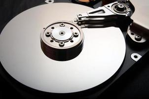 primo piano di un disco rigido del computer aperto foto