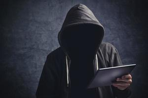 uomo anonimo irriconoscibile con computer tablet digitale