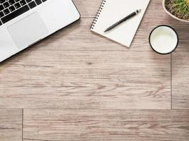computer portatile, notebook, smartphone su fondo di legno foto