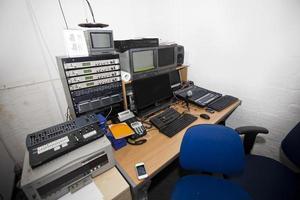 apparecchiature audio e computer in studio televisivo foto